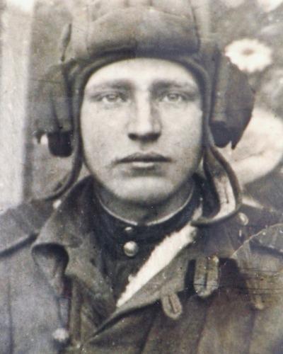 Старший лейтенант зиновий колобанов в годы великой отечественной командовал ротой тяжелых танков кв 1-й танковой дивизии северного фронта.